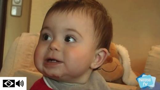 Bebê com sintomas do nascimento dos dentes de leite