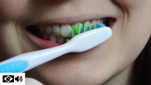 Escova posicionada em ângulo contra os dentes